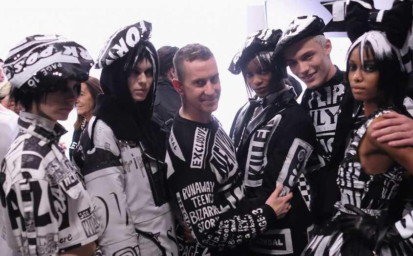 Jeremy Scott chụp ảnh với người mẫu hậu trường show diễn Moschino
